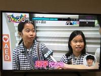 こんなことってありえます!? 先ほどテレビ番組の街頭インタビューを観ていたところ、こんな双子が登場しました。 顔があまり似ていないのでおそらくは二卵性だと思われるのですが、にしても 身長差がヤバくないですか!? しかも小さい方が姉だというのです。  私もかれこれ数十組の二卵性双子に出会ってきましたが、身長差はどんなに大きくても3cm差ほどでした。 そもそもこの子達が双子でないのに...