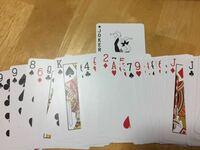 アンビシャスカードというマジックについて トランプの絵柄の方を表にしてカードを入れたあとに裏返す、そして指パッチンすると真ん中に入れたカードが一番上に来ている。  このやり方ってどうやってるんですかね...