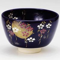 茶道具屋で売られている 京焼の陶芸家である八木海峰の作陶(抹茶碗など)は何故安いのでしょうか? 転写など大量生産だからでしょうか?手作りではないのでしょうか?