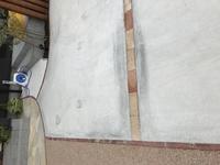 新築 外構 コンクリート色むらについて  新築の外構工事を行い、駐車スペースに5月中旬にコンクリートを張りました。施工すぐから、コンクリートの色むらがあり、施工会社の説明では乾燥にむ らがあるためだと...
