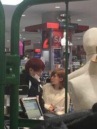深瀬さんと益若さんは何の買い物をしているのでしょうか?