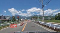 道路が工事中の時に設置される信号の見方について 道路が工事中で片側一車線しか走行できない場合、臨時で信号機が設置される場合があると思います。 その信号の見方を教えてください。  写真の信号は赤信号に見...
