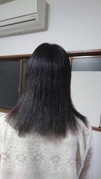 毛先が変な感じがします。画像あり。 今日美容院へ行きました。後ろから見て髪の毛のラインがが丸みを帯びるように(ラウンドって言えばいいんでしょうか?? )ちゃんと伝えたはずなのですが、今日髪を切ってくださった美容師さんはバッサリと真っ直ぐに切っておられるような気がするのですが…。なんだか変な感じになってしまいました。 それに画像を見ると毛先もそろっていないみたいです。  私の伝え方が悪...