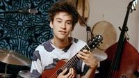 アコースティックギターのブランドについて 掲載した画像のjacob collierの持っているミニギター?はどこのものかわかるかたいますでしょうか?