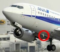 飛行機カテの人たちは、なぜ飛行機の航空無線用アンテナが機体の下についているか分かりますか? 短波の洋上管制って、ジェット機は、電離層の上を飛行するので、電離層反射が使えないのではと疑問に思った人もいるでしょう。  しかし、それは電離層の下を飛んでる時。 電離層の上を飛ぶジェット機は電離層を突き抜けるVHFを使う。 ジェット機のアンテナが胴体の下にあるのは、そのためです。   ...