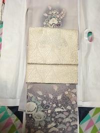 卒園式に着ていく着物の帯選びについて教えてください。  卒園式では、薄紫色の辻が花の訪問着を着る予定です。 それに合わせる帯なのですが、ベージュ地に白糸の刺繍が施された袋帯を合わせたいと思っています...