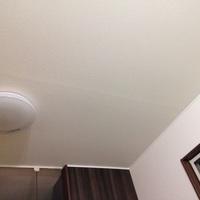一戸建て新築の天井のことで知識を頂ければと思います。  去年1月完成の一戸建てで5月から住んでいるので、築年数は1年になります。 1階リビング16畳の天井が2ヶ所横に一直線に膨らんでいま す(画像参照) 建...