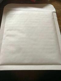このクッション封筒で送るのですが 宛先は直接書くものですか? 郵便局の窓口で宛先書く紙貰えたりしますか?