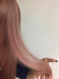 シルバーっぽいピンクにしたく、ピンクシャンプーとムラシャンを混ぜて使っているのですが段々赤みが勝ってきて少しオレンジっぽくくすんできました(T_T) 今月の頭にピンク系のカラー剤で染めてもらったのの色落ちもあると思います。。  もっと透明感のあるカラーにしたいので、これ以上くすんで茶色っぽくなるのは避けたいです。。。  ピンクシャンプー辞めた方がいいですか??  分かりにくいですが、写真が今...