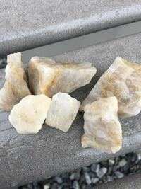 石英の一種でしょうか?中は、透明な結晶が見られます。 もし、これが石英?水晶であれば、浄化用のさざれ石としての効果はあるのでしょうか? パワーストーンや石など詳しい方、教えて頂けると助かります。
