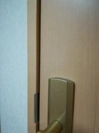 内開きドアに補助鍵をつけたいのですが、 枠とドアに8ミリくらいの段差があります。下画像  かんぬき鍵やラッチ鍵というタイプのものを 付けたい場合どういった方法でこの段差を埋めて 取 り付ければ良いの...