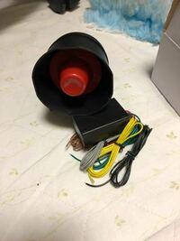 写真のアンサーバックキット(YouTubeでレッドメモリーのレッドさんが紹介していた物)をスバル インプレッサハッチバック (DBA-GH3)に取り付けたのですがキーシリンダーにキーを挿したり抜いたりした時にサイレンスピ ーカーから一瞬音が鳴ってしまいます...。(「キュッ」や「キュッ...キュッ」など) ドアのロックアンロックでも音は鳴るのですがアンロックで2回、ロックで1回鳴るときもあれ...