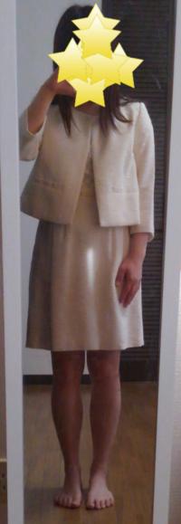 幼稚園の入園式のスカート丈ですが、写真の格好だと短いでしょうか? 何年か前に買ったものを試着したら、自分で思っていたよりも短めだったので焦っています。  (急いで撮ったので裸足で失礼します…)  どうぞよろしくお願いします。