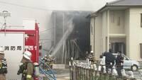 15日に徳島市北矢三町2のアパートが全焼し3人が死傷した火災で、出火原因は子どもの火遊びだった可能性があることが16日、関係者への取材で分かった。 県警は、県内に住む小学校低学年の男児2人を児童相談所へ連絡した。   アパートの1階部分は駐車場で、居室がある2階につながる階段が北西側にある。関係者によると、男児2人は階段付近に置いてあった段ボール箱などに何らかの方法で火を付けたようだ。火...