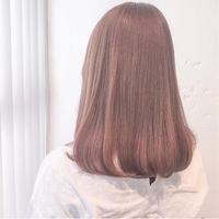 3coinsでアルバイトをしている方にお聞きします! 髪色、アクセサリー自由と聞いて3coinsで働きたいと思っているのですが、この写真のような明るい髪色ではさすがに注意されますか?
