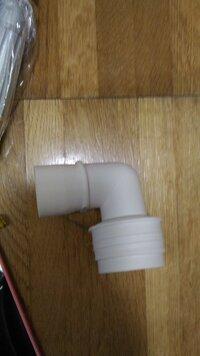 このエルボ、交換したほうがいいですか? 洗濯機の排水溝のL字型エルボなんですが 前回、洗濯機を買ったときに屋外用黒い太めの結束バンド2本でギチギチに排水パイプと接続していました  本来であれば鉄製の2つの輪がひとつになった金具でエルボとホースを接続するのですがそのときうっかり、その金具を失くしてしまっており屋外用黒い太めの結束バンド2本でギチギチに排水パイプと接続していました  こ...