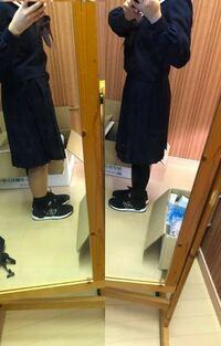 もうすぐ高校の入学式があるのですが、どんな長さの靴下を履けばいいか分かりません。なので、この写真で、どっちの長さがいいかアドバイスください!スカートは、もう少し折ります! 足太いとか短いとかは、分か...