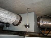 ダクト工事 ダクト型換気扇接続でで本体に接続するときビスで止めないでブチルを巻いてアルミテープを貼るのとビスを止めるのはどっちが正しいですか?  また止めない方が正しい場合止めたときに不具合などが起こ...