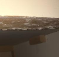 フランスのアンティーク家具を購入したら チェストの内側の上の板に このような白いふさふさしたものがたくさん ついていました。  これはなんなのでしょうか?  虫食いやカビ、アンティ ーク家具に詳しい...