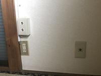 テレビのアンテナ線 賃貸アパートに引っ越したのですが、テレビ用のアンテナ線が3つあります。これはどういう状況でしょうか。右下に写っている1つの方にはTVと書いています。左側の2つは何 でしょうか。また...