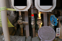 マンションに住んでいますが、水道の元栓を止めたいのですがダイヤルがありません。 写真の赤いところには部屋番号のシールが貼ってあるのですが、ダイヤルがありません。 これは止められないということでしょう...