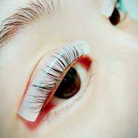 まつ毛パーマのロッドが目の幅からはみ出てる場合、きわが少し浮くのですが、目の幅に合わせてカットした方がやりやすいでしょうか?