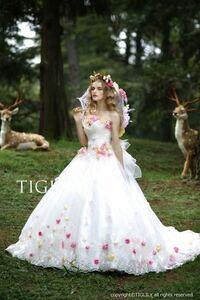結婚式の挙式の時のドレスは真っ白じゃないとダメなんですか? こんな感じで ちょっと色があるのも だめですか?