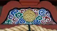 三菱の発祥の地が大阪だと初めてしりました。いまでも西長堀にある土佐稲荷神社には三菱グループの各社長がお参りにくるそうです。境内の玉垣を見ると、東京海上火災保険株式会社、キリンビール、三菱商事、日本郵船 、ニコン、三菱自動車、三菱総合研究所、三菱地所など日本を代表をする企業名ばかり。また神社のいたるところにスリーダイヤマークがあります。 でもこの経緯がわかるかた教えていただけないでしょうか?