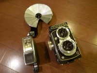 かなり古いカメラです。  92歳の父に今日カメラをもらいましたが、詳しくない私はわかりません。写真を添付しますので、使い方や、フイルムなど、教えて頂ける方募集します。