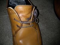 靴の紐が破けたのですが、 代替品となるようなものはありますか? 100円ショップで販売してますかね? 紐の直径は1ミリ程度ですが。 よく文房具で書類を綴じる時に使う、 黒の紐がありますが、 あれが代替品...