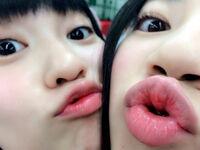 この変な顔の2人の子はだれでしょうか。AKBですか? ハロプロですか?