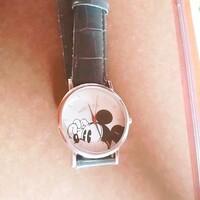 雑誌の付録についてた時計の電池交換について。 自分で電池交換をしようとしたんですが、裏蓋をとるための溝がなく取れません。 これと同じ時計を持っている方電池交換はどうやってしましたか ?