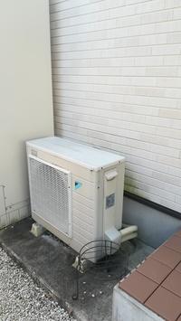 エコキュートのヒートポンプユニットの上にエアコンの室外器をラックを使って2段で設置できますか?熱や冷気の排出上何か効率悪くなりますか?