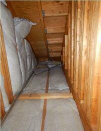 屋根裏の点検の際、断熱材らしきものが落ちていた。  ご質問お願いいたします。 屋根裏の断熱材が半分くらい、傾き倒れていました。 これらは、大工さんにお願いして直すレベルのものなのでしょうか。 落ちた...