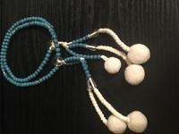 通夜で使う予定の数珠を評価して下さい。  この度社員が亡くなり、本日通夜の予定です。  この写真の数珠は、 本式数珠、梵天房だと思うのですが、 1つ1つ玉が小ぶりで女性用にも見受け られますが、故人...