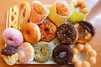 ミスドとかドーナツ屋さんに行ったら何個くらい食べますか? 好きなドーナツの種類も教えてください。  私は3つは食べたいです。  オールドファッションとカスタードが入っているものと、ココナッツがまぶし...