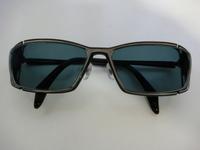 メガネをサングラスにしたのですが、グレー75%で注文したのに、画像のように紫っぽくなってます。グレーってこういう色なんですか?ブラックというのは存在するのですか? 宜しくお願いします。あと、これ変で...