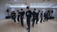 NCT2018についてです。 Black on Blackのこのセンターは誰ですか? あと1人で踊るとこで踊っている人はテンですか??