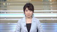なんだ!? 乃木坂の秋元真夏は NHK BSニュースのアナウンサーをやるようになったのか?
