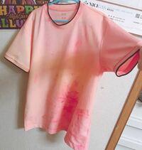 この、Tシャツダサいと思いますか? 変ですか?  このシャツはUNIQLOのでして元々は真っ白のシャツでした。  ですが少し素朴に感じでしまいアクリル絵の具で染めて見ました。  ダサいですか?