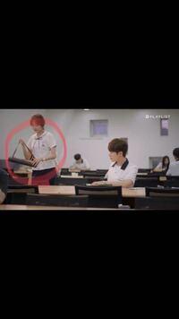 韓国のWebドラマ『A-TEEN』について この女の子が持っている筒には何を入れて居るのですか?