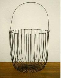 画像のワイヤーバスケットを素人が作るのは難しいでしょうか?高さ30cmほどのものを作りたいのですが・・・ダイソーで太い針金を買ってきてペンチで切って曲げたりすれば案外簡単にできるものな んでしょうか?