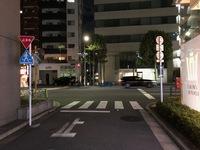 道路交通法に詳しい方に質問です。  写真のような場所で止まれのある細道部分で停止したあと、 大通りを左折する際は大通りの車道側が「赤」で、歩道の信号が「青」の場合は左折できませんか? 細道から出た車...