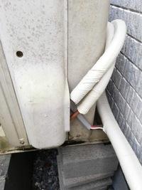 エアコン室外機の配管がむき出しです。 引っ越し業者にエアコンを設置してもらったのですが、配管が出ています。 このままで良いものなのでしょうか? 出ている部分から腐ったりショートしたりしないのでしょうか・・・ すでに昨日の雷雨でびしょ濡れだと思いますが・・・  詳しい方、回答いただけると助かります。 宜しくお願い致します。