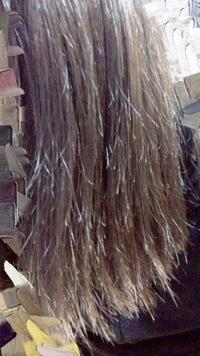 縮毛矯正とストパーをしても2週間ほどで、写真のようなピョンピョンした髪がでてきます。 ヘアオイル、洗い流さないトリートメントは入浴後のドライヤーをする前に必ず塗ってます。 コテはさ らに傷むのでして...