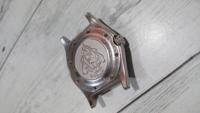 腕時計の裏蓋について。 どう頑張っても解決策が出てこないため、お知恵をお貸しください。   写真を見て頂きたいのですが、こちらの腕時計の裏蓋が外れません。 ネジ式になっておりまして、ネジを全て外したので...