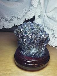 閃星鉱という石を親が購入したのですが、組成式を調べようとしても、何か分かりませんでした。どなたか知っている人はいませんか?よろしくお願いします。
