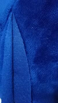 ぬいぐるみの布についてです。ぬいぐるみの髪の毛に使われている部分(調べたところソフトボア?というらいしです)なのですが、画像のように2枚合わさっている部分が剥がれてしまいました。昔か ら人の形をしたぬ...