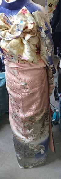 着物に詳しい方回答お願いします。 この振袖はわたしが成人式で曾祖母から譲り受けたもので、着たんですが、これはなんという柄なのでしょうか?わかりにくくてすみません