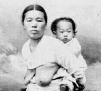 韓国の歴史の質問です。19世紀、男子を出産した朝鮮人女性は全員、乳房を露出して生活していたというのは本当でしょうか?